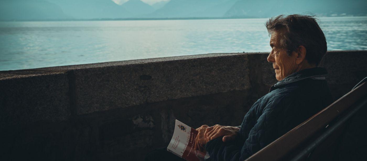 ROC ECLERC prévoyance obsèques homme âgé sur un banc face à la mer
